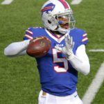 Tyrod Taylor throwing